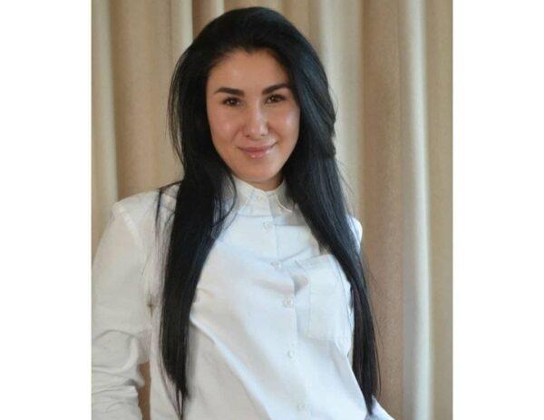 ученица школи восстановления волос, технолог по выравниванию волос протеином и кератином